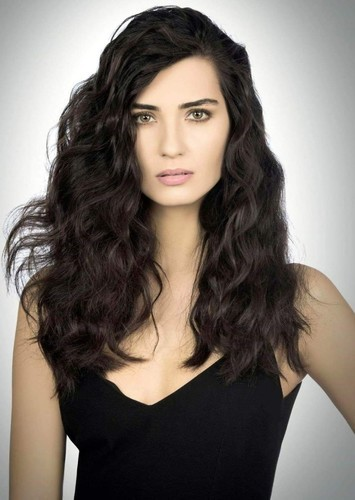 Tuba Büyüküstün as Eliza in Alex and Eliza